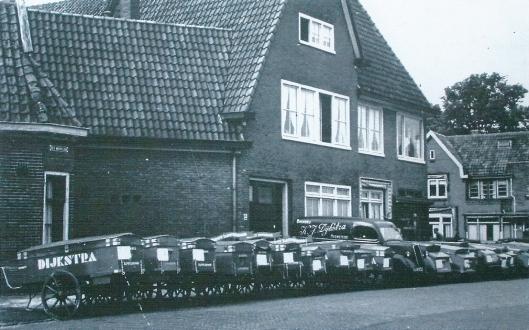 Een foto uit het begin van de jaren 50 van de vorige eeuw. Het wagenpark van bakker K.J.Dijkstrs aan het Res Novaplein, hoek Binnenweg. In 1938 begonnen en in 1965 opgegaan in het Meneba-concern.