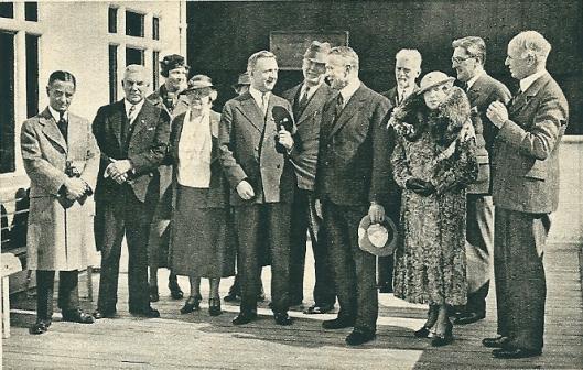 Honderdvijftig Amerikanen zijn aangekomen om de Flora te Heemstede te bewonderen. De heer J.Schepers, de voorzitter van het comité dat deze trip organiseerde, wordt hier door de voorzitter van de Kamer van Koophandel in Amsterdam begroet (Panorama, 1935)