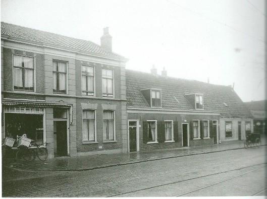 Deel van de Raadhuisstraat met links 'Vleeschhowerij' waar nu De Wit is gevestigd. De lage huisjes zijn geleidelijk verdwenen. In het witte pandje verrees in 1930 een winkelpand van Handelsonderneming J.Zijlstra HZ. uit Amsterdam (Bussen/Raateland)