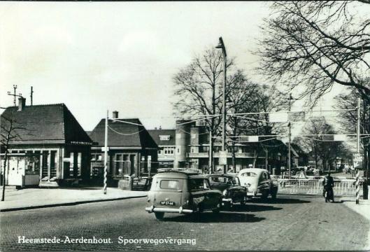 Spoorwegovergang met haltes Heemstede en Aerdenhout