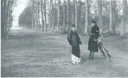 Bospolitie W.Prins nam in 1947 de functie over van Willemse die deze vanaf 1913 had vervuld. Hier is hij in gesprek met de heer Hendrikse in het Groenendaalse bos