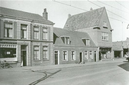 Hetzelfde deel. maar nu met winkel ban J.Zijlstra met pakhuis en bovenwoning. Helemaal rechts het begin van de garage van C.L.J.van Lent