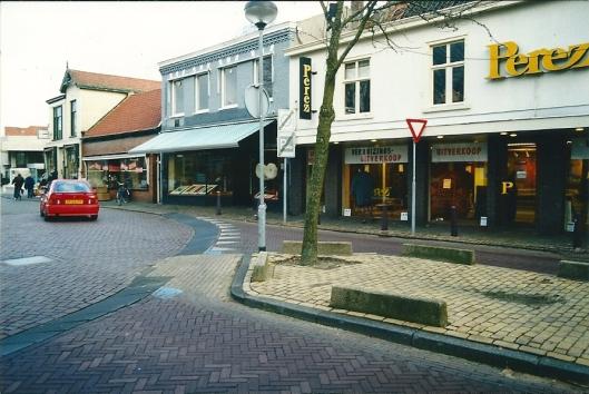 Bronsteeweg Heemstede: van rechts naar Links: Perez tapijten, Blokker's boekhandel, edelsmid Joos van Vlijmen en Cameleon