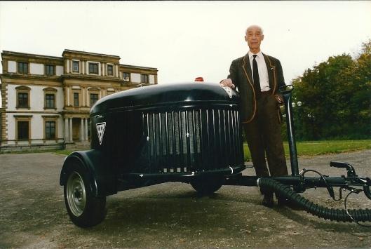 Een door Maus Gatsonides nagebouwde gasgenerator die in 1995 is tentoonsgesteld bij een expositie over de Tweede Wereldoorlog. Op deze foto geposeerd voor Elswout in Overveen in 1993 (foto A.d.Zee)