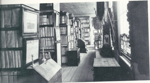 Evenals de stadsbibliotheek was ook het stedelijk archief lange tijd op het stadhuis in haarlem gevestigd. Her archief op deze foto in een vertrek boven de kloostergangen (Noord-Hollands Archief)
