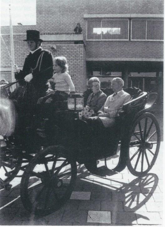 Afscheid van burgemeester D.Thomassen à Thuessink van der Hoop van Slochteren in 1975. Hij werd opgevolgd door de heer J.de Widt, die 22 augustus is geïnstalleerd (en na Bennebroek nog burgemeester is geweest van achtereenvolgens Best en Soest).