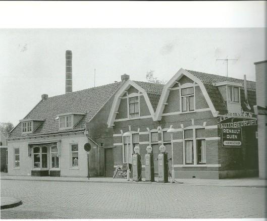 Deel van Raadhuisstraat jaren 30 met winkel Westra en autobedrijf Teeuwen. De twee pandjes links daarvan behoorden aan Jan Kersten. Links is nog de fabrieksschoorsteen van wasserij 't Raadhuis (Van der Weiden) te zien.