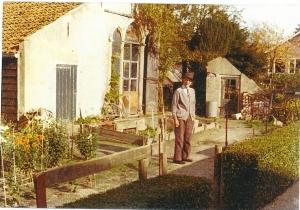 De heer Brokke, later bewoner van het bejaardenhuis was voordien werkzaam als tuinman bij de familie Quarles van Ufford op Kennemeroord