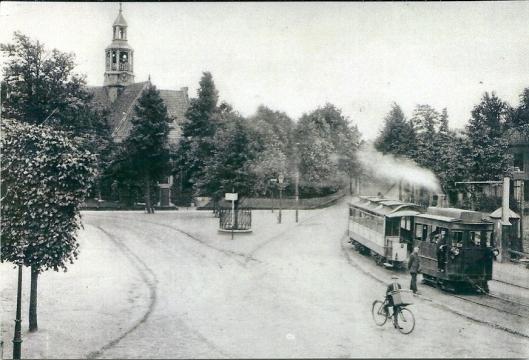 Wilhelminaplein met stoomtram en Oude Kerk Heemstede