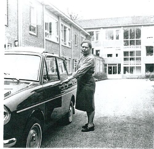 De eerste directrice mej. C.L.J.Grin met haar Dafje voor het huis Kennemeroord