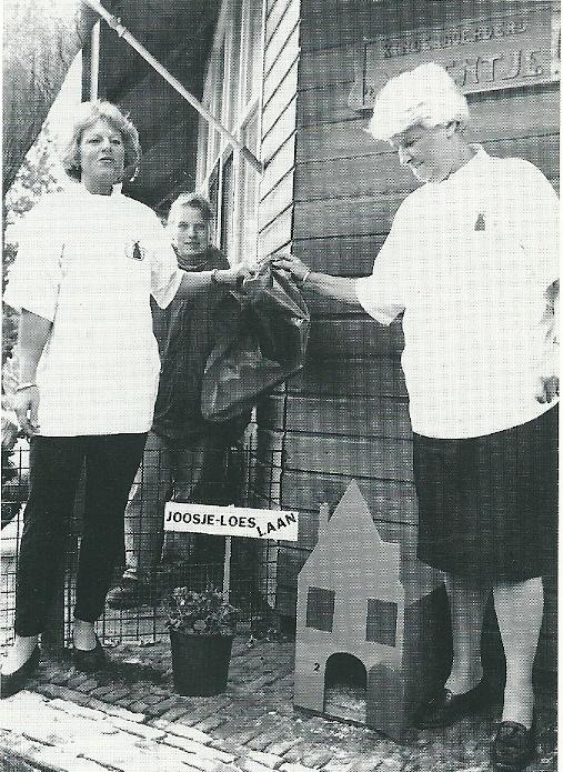 Twee wethouders, links mw. Loes de Zwart en rechtsmw. Joosje Beets onthullen hun naambordje bij kinderboerderij 't Molentje in 1994