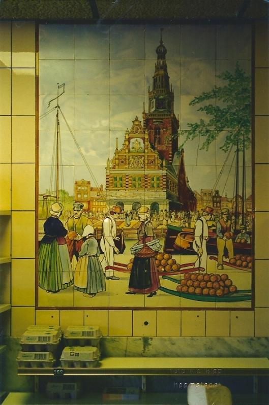Tegeltableau kaasmarkt Alkmaar in winkel Kievert (tegenwoordig Reformzaak) aan de Binnenweg in Heemstede