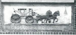 Gevelsteen van 'De Haagsche Postwagen' in het voormalige Amsterdamse postkantoorpand, Singel 74