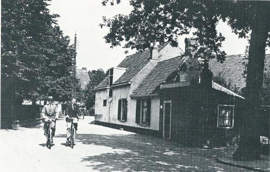 Achterweg met stalhouderij Van Schagen omstreeks 1930.