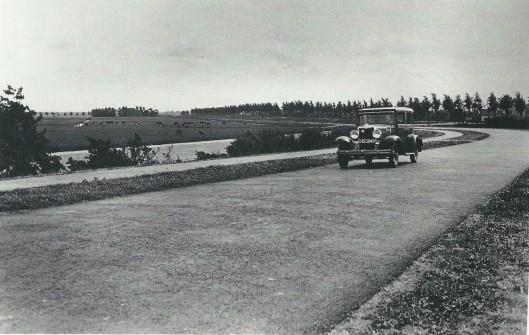 De nieuw aangelegde Kruisweg in de Haarlemmermeer naar en van Heemstede als verbinding van Haarlem naar Utrecht v.v. Op deze foto uit 1939 de bijna nieuwe Cruquiusbrug over de Ringvaart. Geheel links de watertoren van Heemstede.