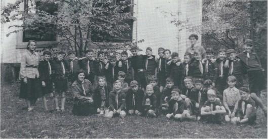 Scouting-groep 'de Heemsteedse Trekkers' maakte tot de afbraak van de koepel op Groenendaal hiervan gebruik als honk. Deze foto dateert uit 19160. Vooraan links zittend is akela Lies Visser, verder twee kortsttondige leidsters en 32 padvinders (welpen). onder wie Wolter Gratema, Frits van Rappard, Remco van der Gugten, Otto de Jong en Gaasterland.