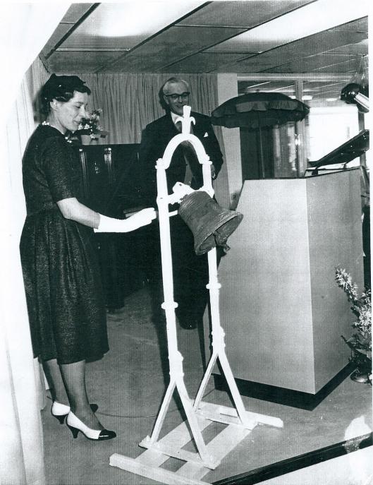 Mevrouw L.C.A.H.van Rappard-Mundt, echtgenote van Heemsteeds burgemeester, opende op 18 maart 1961 het nieuwe tehuis Kennemeroord via het luiden van de vroegere tuinbel