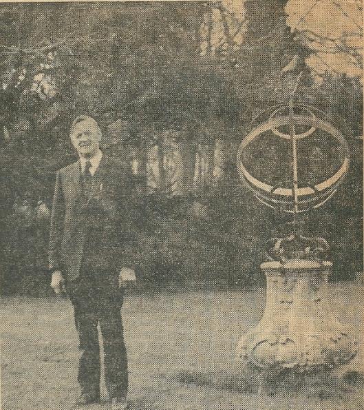 Tuinman Evert van Wingerden kwam in 1934 in dienst van de familie Rhodius van Dennenheuvel, later Bloemenoord. Bij zijn 40-jarig jubileum liet hij zich voor de Heemsteedse Courant door Van Amerongen fotograferen bij de zonnewijzer en atlasceder.