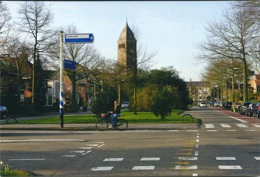 Heemsteedse Dreef met op de achtergrond toren van de r.k. kerk O.L.V. Hemelvaart