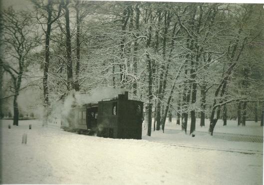 De stoomtram op weg naar Heemstede door een besneeuwde Haarlemmerhout op een foto uit 1907