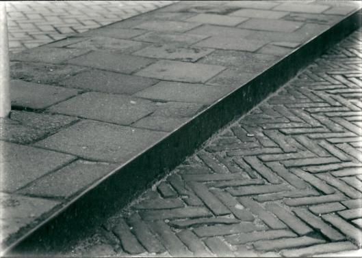 Pas na meer dan veertig jaar is het laatste relict herinnerend aan de vroegere trambaan definitief verdwenen. Hier in december 1987 in de Raadhuisstraat gefotografeerd door V.C.Klep