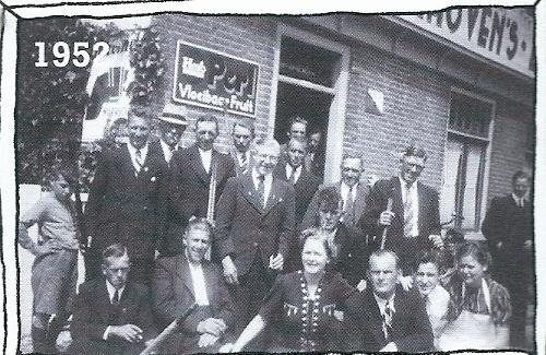 De hele familie Knijnenberg van café De Konijnenberg in 1952 bijeen.