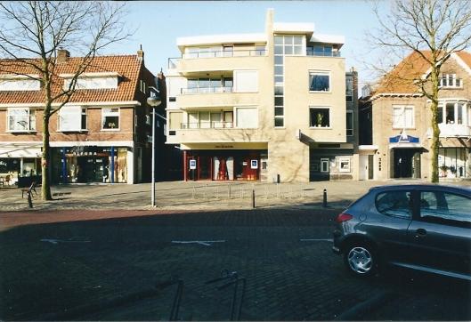 Appartementencomplexen: a) Binnenweg 81-83 oneven genummerd 81 (INGbank) en nrs. 83, 83a, 83b, 83c en 83d b) de rechts, naastliggende deur geeft toegang tot de appartementen Binnenweg 85 I, 85 II en 85 III, die zijn gelegen boven de winkel Binnenweg 85 (foto V.C.Klep, 2003)