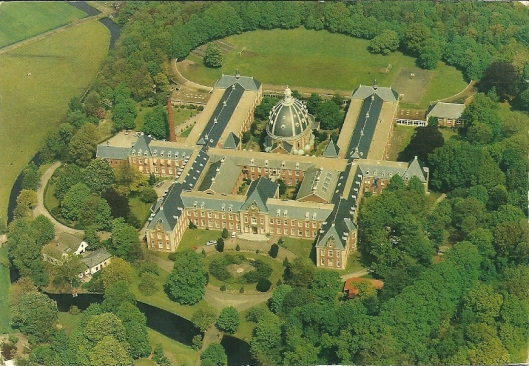 Luchtfoto van Hageveld (wooncomplex en atheneum)