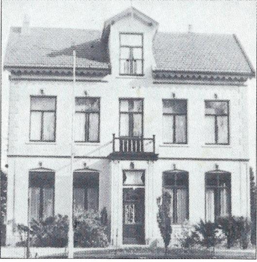 Het vroegere huis 'Meerwijk' aan de Achterweg, gebouwd in 1882 en waar de familie Vekerk tot 1920 woonde, gevolgd door de familie Chabot. Van 1950 tot 1970 was hier het aprochiehuis van de O.L.V.Hemelvaartkerk gevestigd. Ten slotte gesloopt voor nieuwbouw.