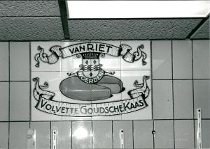 Tegeltableau met reclame voor Van Riet, Goudse kaas, Woerden, in Reformwinkel Kiebert, Binnenweg Heemstede (foto V.C.Klep)