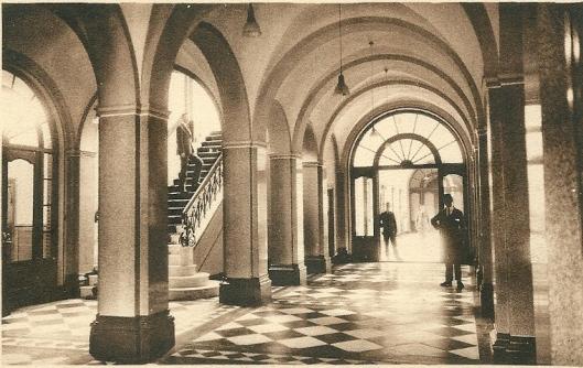 De hal met trap naar bovenverdieping Hageveld Heemstede