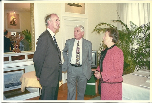 Hans Krol, co-auteur van het boek 'Berkenrode', na de presentatie in gesprek met oud-premier Van Agt en diens echtgenote in 2002
