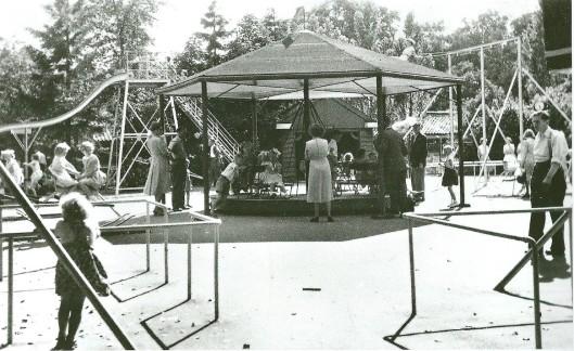 Na goedkeuring 8 oktober 1931 is het jaar daarop op de plaats van de boude boomgaard een kinderspeelpaats ingericht. De huurders/exploitanten van het Verversingshuis werden toen belast met exploitatie van de speelplaats. In 1942 was deze uitgegroeid tot een speeltuin mert schommels, wip en draaimolen, zoals op deze foto te zien