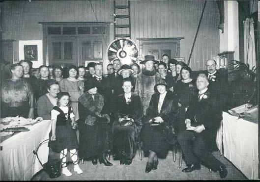 In het 'gebouw voor Christelijke Belangen'a an de Voorweg. Mevrouw Teding van Berkhout is de staande dame midden-rechts met bontjas en hoed.