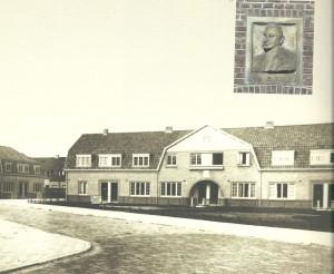 Arbeiderswoningen van Patrimonium in de Talmastraat Haarlem en reliëf met portret van naamgever
