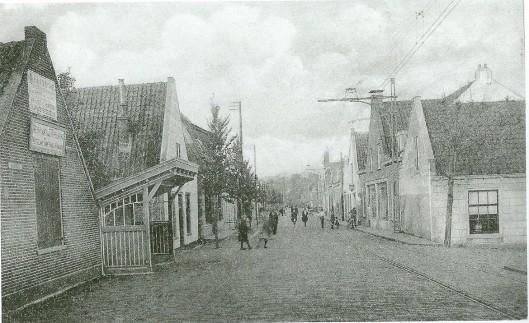 Vanaf 29 juni 1881 reed de stoomtram van de Noord-Zuid-Hollandscbhe Stoomweg Maatschappij (NZHTM) van Haarlem via Heemstede naar Leiden. Nabij de IJzeren brug was een wachthuisje voor wachtende passagiers geplaatst.