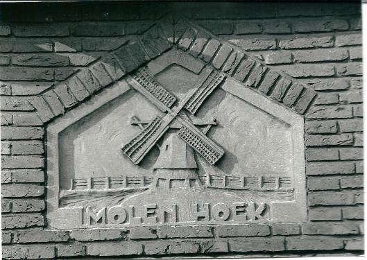 Op de plaats van een huis in de Eerelmanstraat, hoek Tooropkade stond voor 1920 een molen die de Schouwbroekerpolder bemaalde. Een steen in de gevel houdt de herinnering aan die afgebroken watermolen levendig