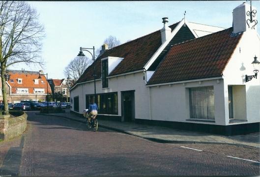 Achterweg met museum Van Schagen