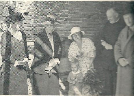Op deze foto heeft de jonge Gerben Ledeboer, zoon van de directeur van Meer en Bosch, de eerste steen gelegd van de Koningin Emma-kliniek (31 mei 1934)