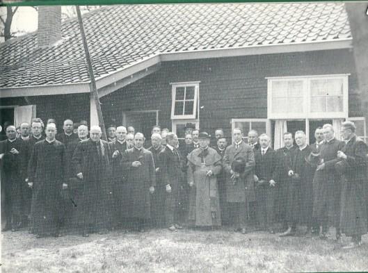 19 mei 1922: de eerstesteenlegging van het seminarie Hageveld. De vierde priester van links stande is pastoor Van der Tuyn. Diens voorganger was pastoor H.A.V.IJzermans van de Bavo-parochie, zesde van rechts op de forto. In het midden (met baardje) mr.Heerkens Thijssen, wethouder van Haarlem, gevolgd door de bisschop van het bisdo mgr. Callier, de Heemsteedse gemeentesecretaris A.A.Swolfs, burgemeester Van Doorn, de wetouders jonkheer A.van de Poll en dr. E.Droog en als derde van rechts gemeenteraadslid Tromp
