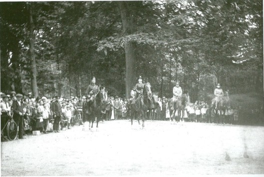 Op 6 augustus 1915 bracht koningin Wilhelmina tijdens de mobilisatie een inspectiebezoek te paard aan het 2e Regiment Veldartillerie dat in Groenendaal was gelegerd.