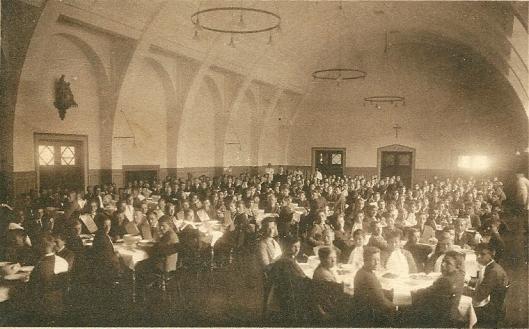 De eetzaal ofwel refter van seminarie Hageveld Heemstede