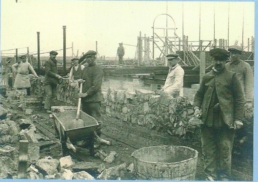 Bouw van seminarie Hageveld in 1922. De stenen en overige bouwmaterialen werden voornamelijk via de haven aangevoerd.