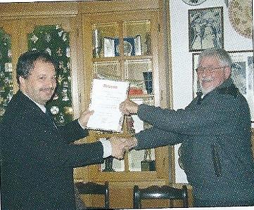 Ontvangst van de oorkonde INPHLA 2012 in Hotel Hilton, Mainz. Links Uwe Kraus, Vorsitzender Internationale Motivgruppe Papier & Druck en rechts redacteur Ton Cornet