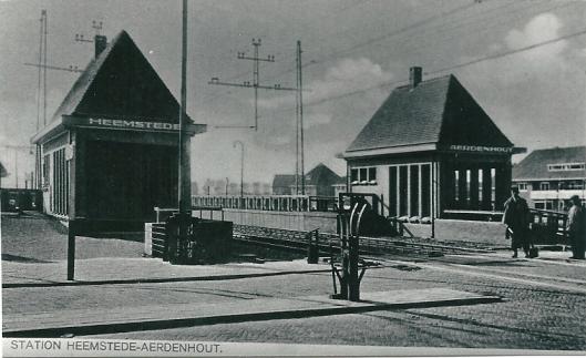 Het in 1928 geopende spoorwegstation met links de halte Heemstede (perron richting Haarlem-Amsterdam) en rechts Aerdenhout (richting Leiden-Den haag)