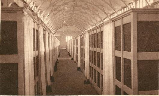 De slaapzaal met chambrettes van seminarie Hageveld
