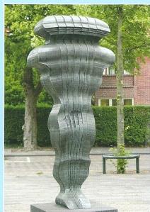 Beeld van Jos Wong uit 1984, geplaatst aan Binnenweg, hoek Cloosterlaan. Geen titel, maar kunstwerk bestaande uit een aantal figuren die ten opzichte van elkaar verschuiven, waarbij het lijkt alsof dat gebeurt door een kracht die van binnenuit komt.