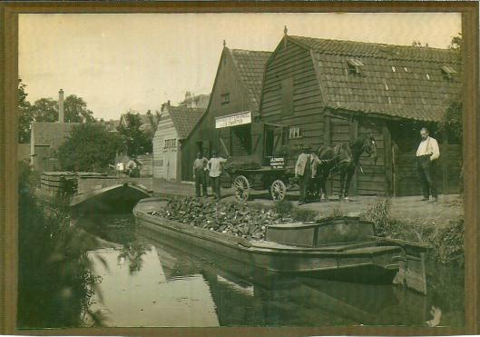 Brandstoffenhandel Zwarter aan de Raadhuisstraat dateert al van 1881. De hotenloodsen lagen aan de achterzijde van de straat aan de (intussen gedempte) zandvaart.