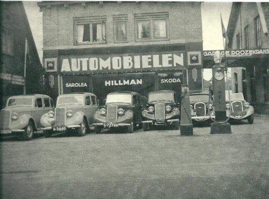 Voorgevel van de Roozekrans garage van Gatsonides aan de Zandvoortselaan in Heemstede met een aantal auto's van de merken Hillman en Skoga vppr de deur.