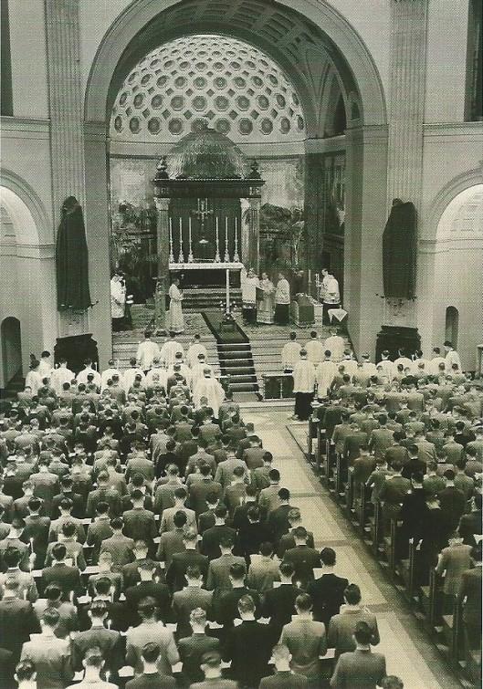 De kapel onder de koepel van Hageveld in vol bedrijf. Foto genomen tijdens de Paasnachtwake van 1954
